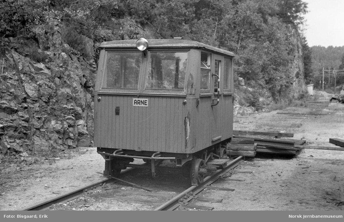 """Motortrallen """"ARNE"""" på Grovane stasjon"""