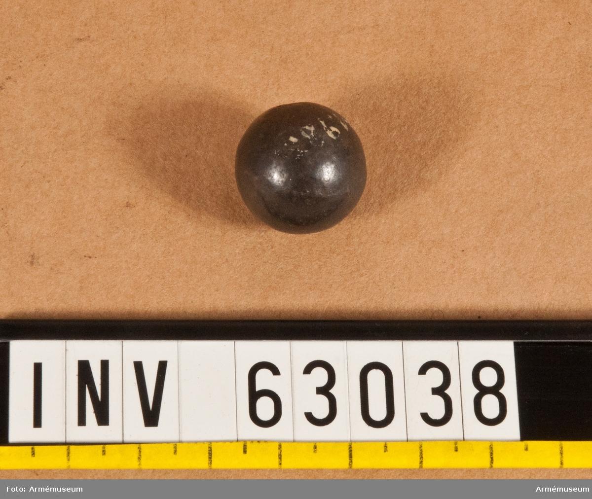 Grupp F II. 2-lödig kula m/1831 (järnskrot). Till kartescher för artilleriets fältpjäser, marinens 12-pundiga  landstigningspjäser, samt till 7, 8 och 10 cm  framladdningskanoner m/1863.