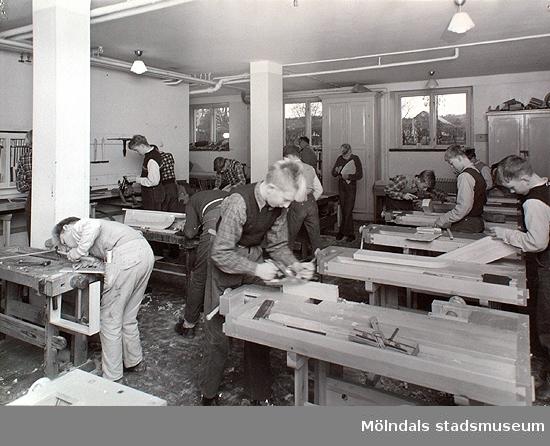 Slöjdsalen i förskolans bottenplan. Okända personer, 1950-tal.