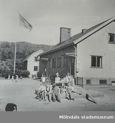 Krokslätts daghem, Dalhemsgatan 7, Mölndal.  Kortet finns med i häftet: Krokslätt från barnkrubba till fritidshem 1945 - 1999 av Margit Wannerberg.