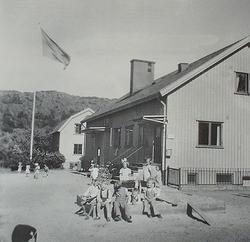 Barn utanför huvudbyggnaden år 1948