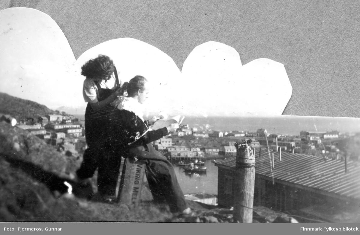 En mann og en kvinne i fjellet ovenfor Honningsvåg en sommerdag i 1947. Personene er ukjent.