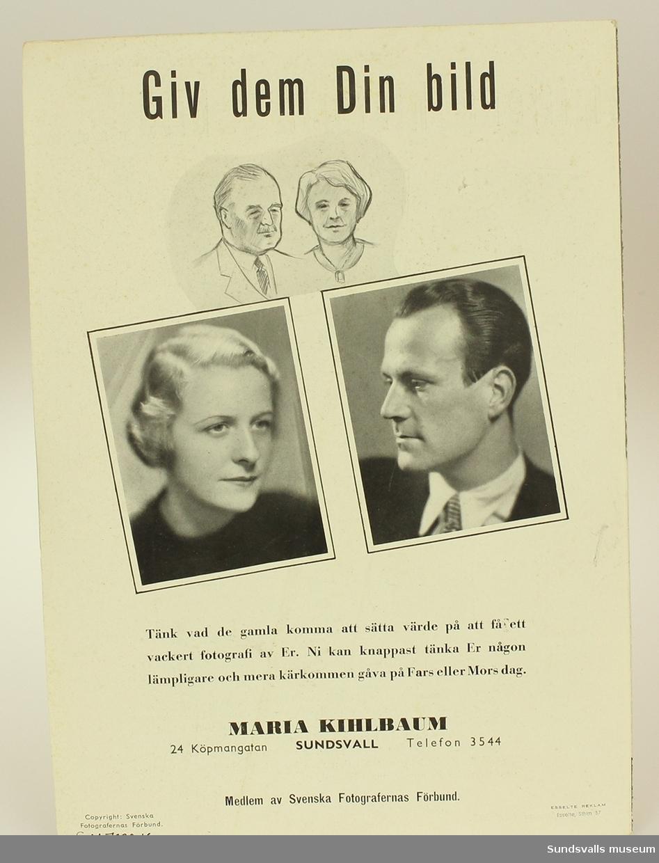 Den tvåbladiga reklamen innefattas av 7 stycken fotografier med familje-, brud- och porträttmotiv i svart/vitt. Bladet uppvisar en svart tryckt text: Vackra minnen. Yrkesfotografen ger familjens historia i bild...såsom endast en yrkesfotograf kan det.