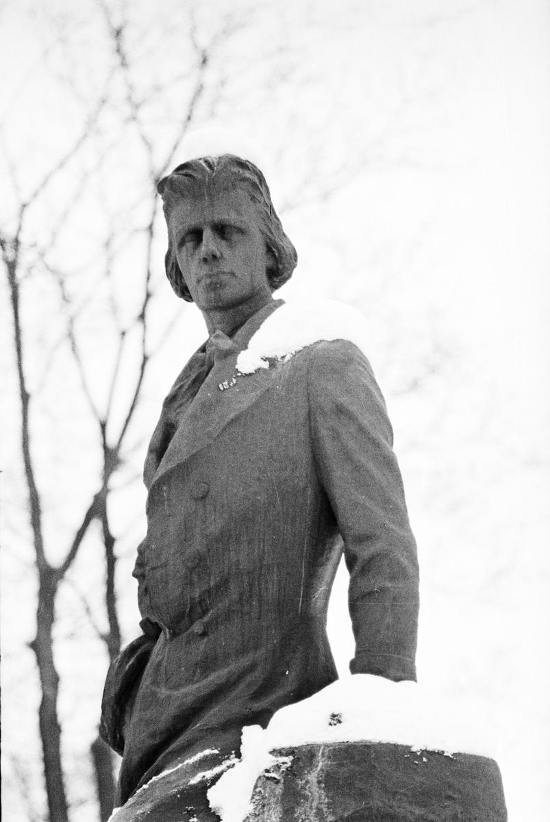 Snöklädd staty, Gunnar Wennberg, Slottsbacken, Uppsala 1967