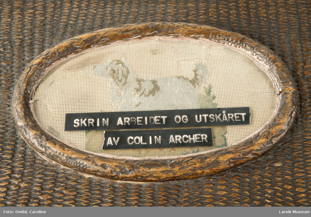 Dekorert skrin, skåret av Colin Archer. Broderi av hund på lokket.
