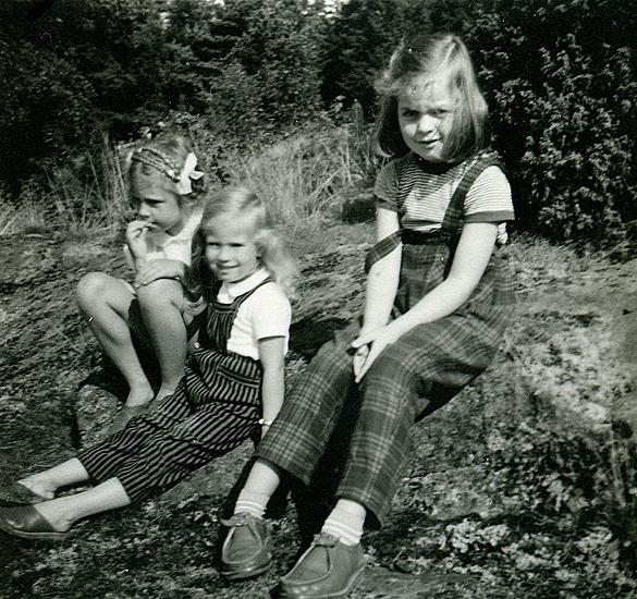 Sommaren 1957. Inger Wetterlund lekkamrat och granne med Margareteflätor. Veronika 4 år. Elisabeth Madgård f. 1950, kusin.
