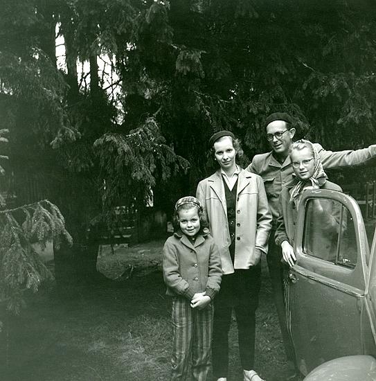 Sommarlovet 1957 är slut. Familjen Madgård börjar sin långa resa till Piteå. Elisabeth, Gunnel, Verner och Ann vid sin Volkswagen.