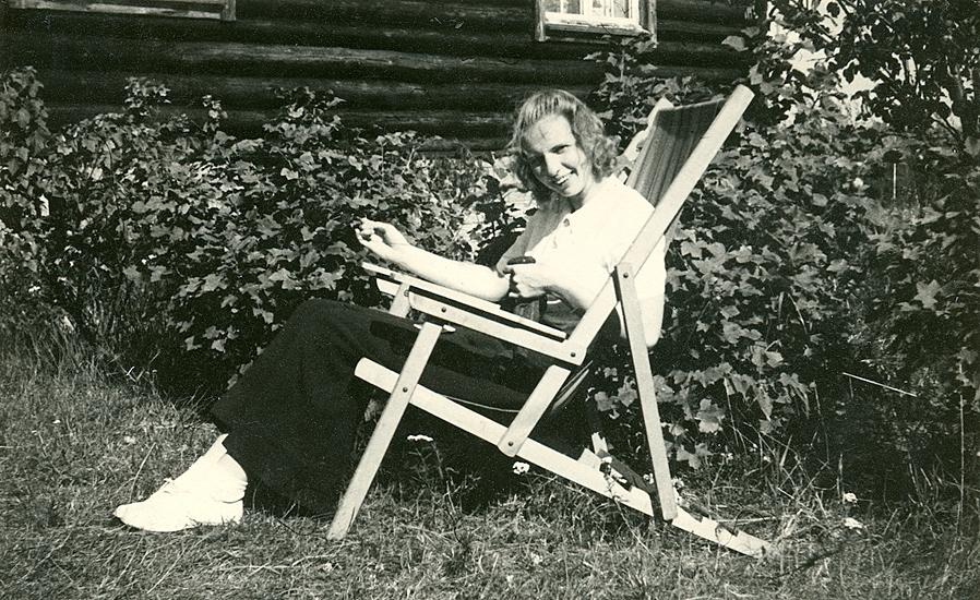 Sommaren 1940 ? Birgit i vida långbyxor och tennisskor utanför ett hus som inte är vårt (panel på bredden) Foto:?.