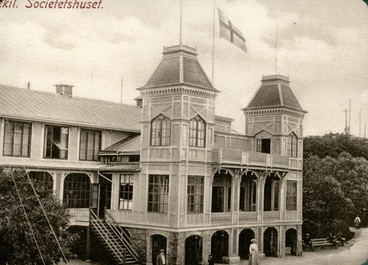 """Enligt uppgift på vykortet: """"Lysekil Societetshuset""""."""