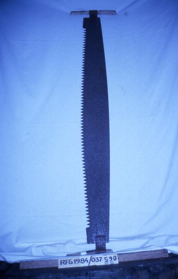 Form: med tverrhandtak av tre i begge ender