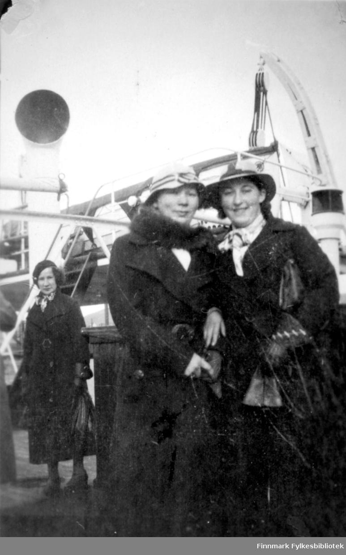 Noen damer fotografert på en kai. Helt til høyre på bildet står Gudrun Bauna. De andre og stedet er ukjent.