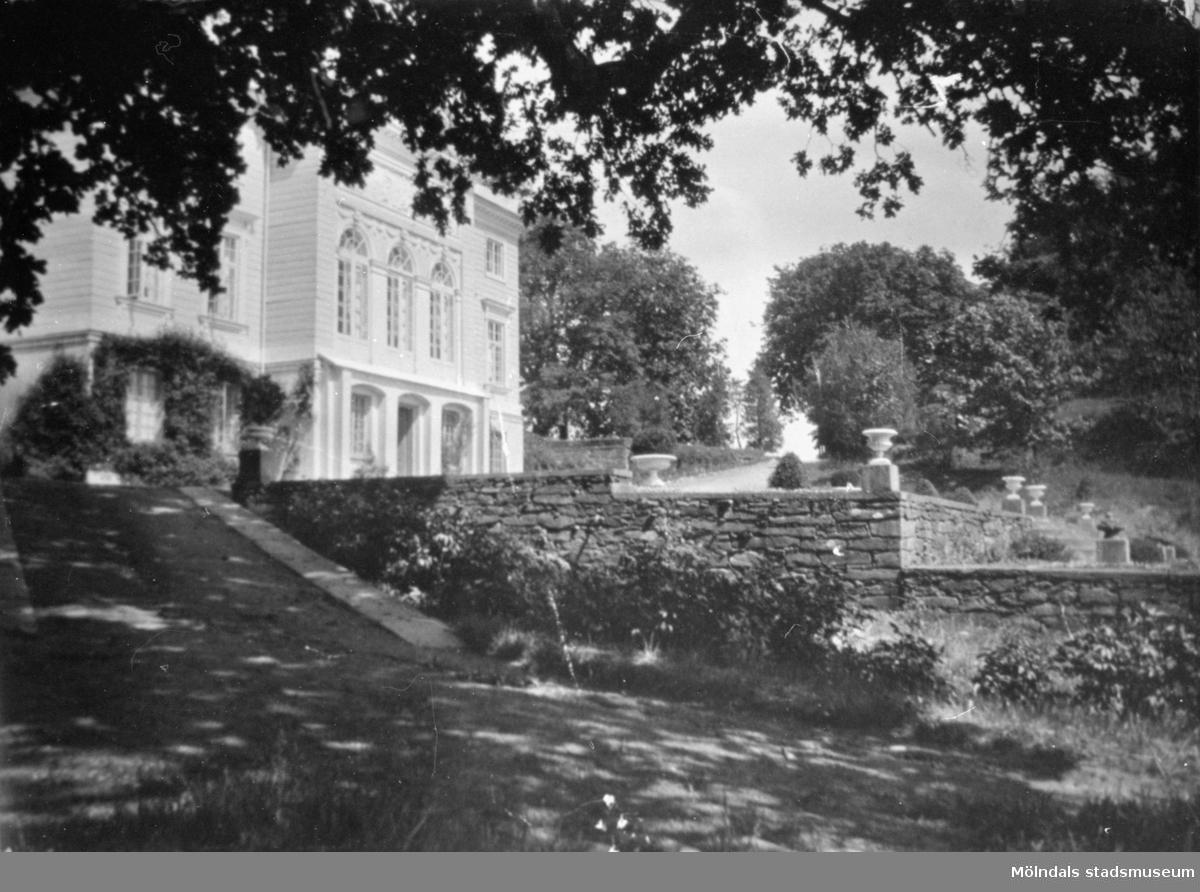 Gunnebo slott sett från sydvästra sidan. 1930-tal.