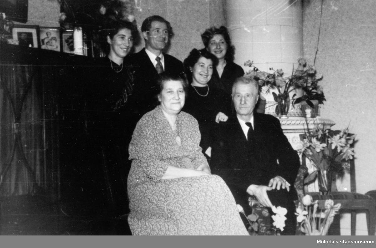 Högtidsdag och uppvakning för trotjänaren Claes Håkansson (kusk/chaufför på Gunnebo slott 1905-1957). Här med fru Wendela Håkansson (husa på Gunnebo slott 1904-1974) samt deras barn Erik (1910-1983), Ingrid (1914-?), Märta (1916-2008) samt Maj-Britt (1922-1999).