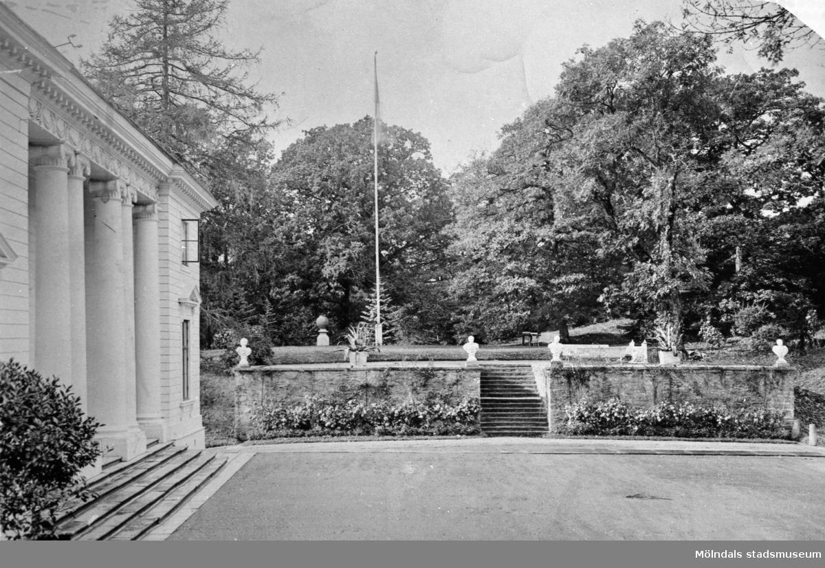 Vy över Gunnebo slotts norra fasad och Kejsarterrassen, 1930-tal.