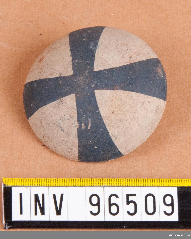 Regementsmärke som skulle bäras i hatten till 1807 års uniform. Fastställd av Gustav IV Adolf den 5 mars 1807. Blått kors på vit botten. 32 stycken.