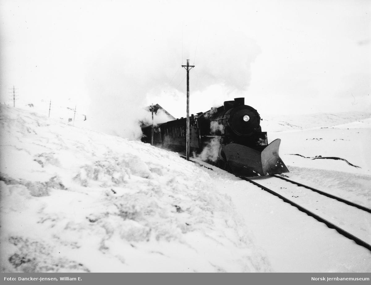 Damplokomotiv type 31b med vestgående dagtog 601 ved Finseneset