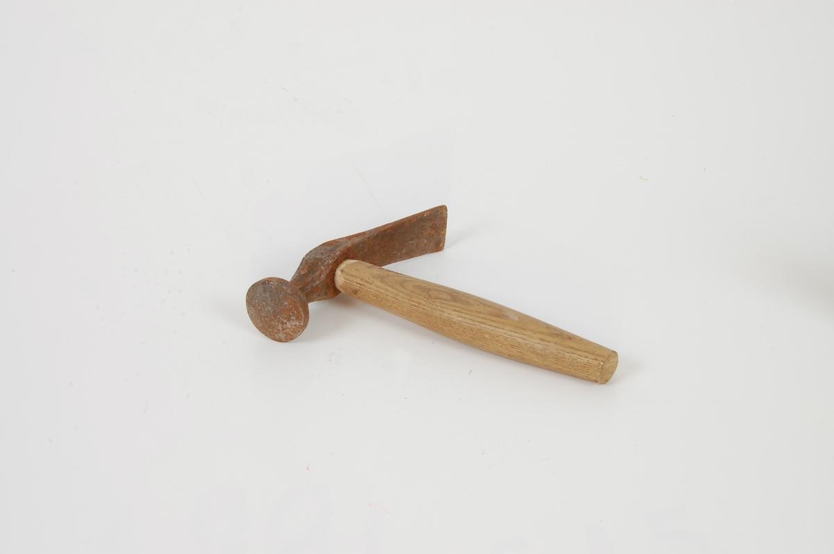 Form: Hodet er kraftig utkraget. Bakover er hammeren formet som en nedoverbøyd kile. Kjeller på Tømte.