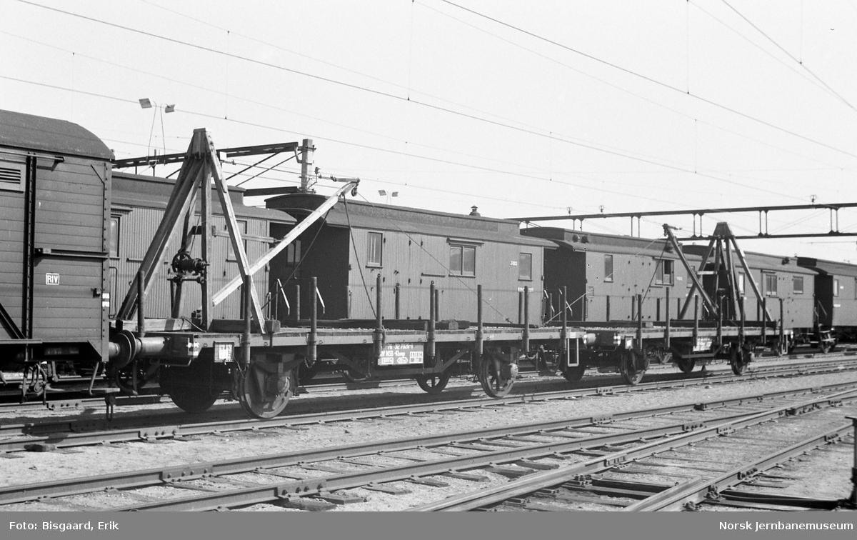Plattformvogner, litra .Kbmp nr. 312 7437, med skinnekraner