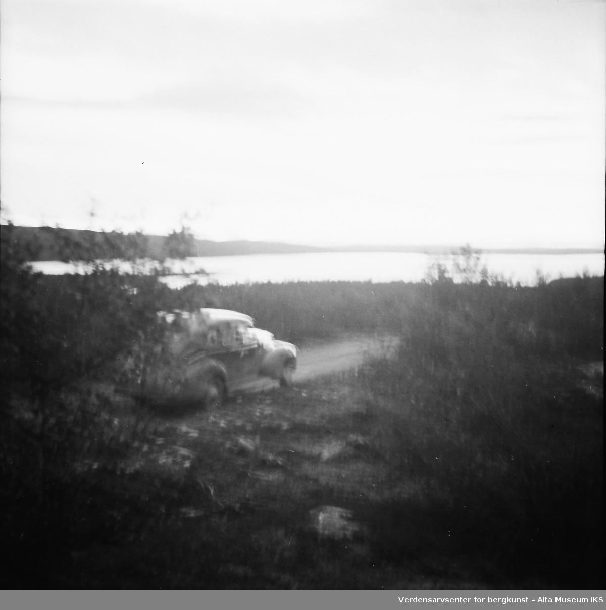 Bilde av en bil som kjører langs en landevei. Bildet er fra en Finlandstur.