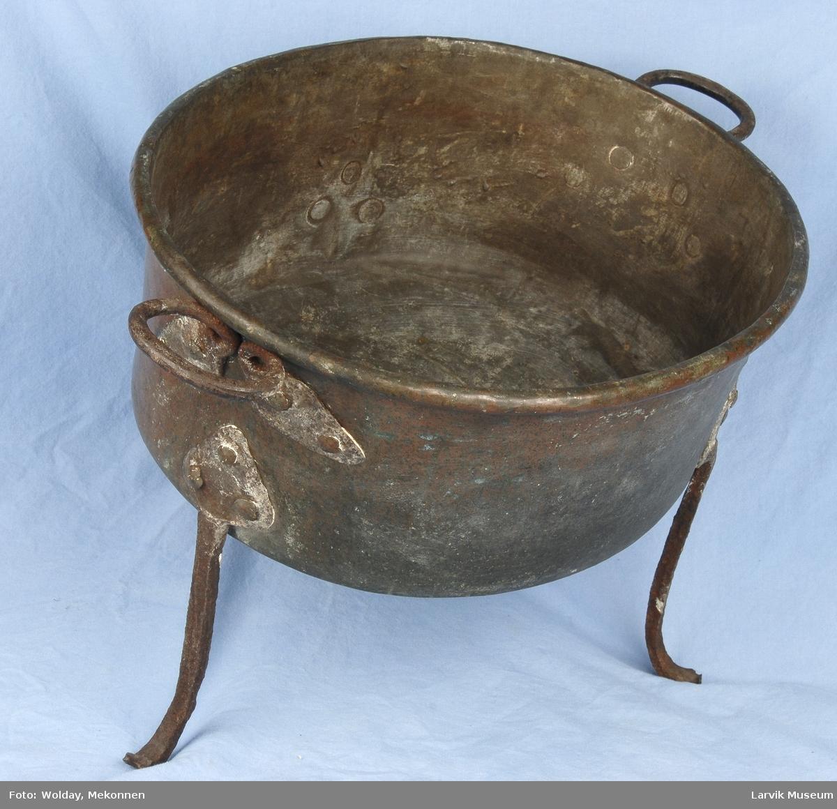 Form: oval form, står på 3 jernføtter festet med