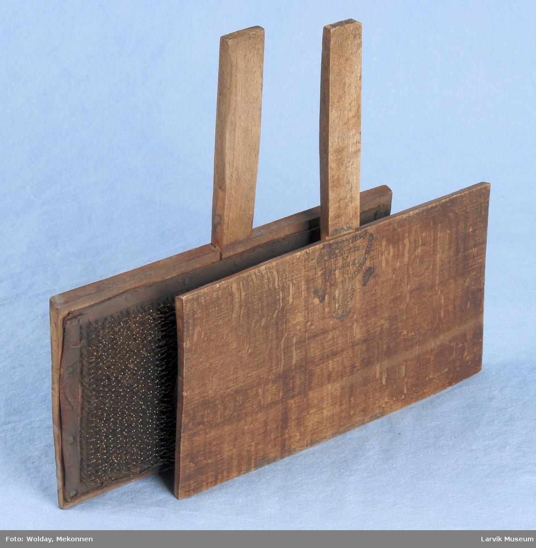 Form: To deler : To rektangulære stykker med håndtak. De er belkledd med skinn inni og i dette skinnet er det festet tett i tett med bøyde metall nåler.