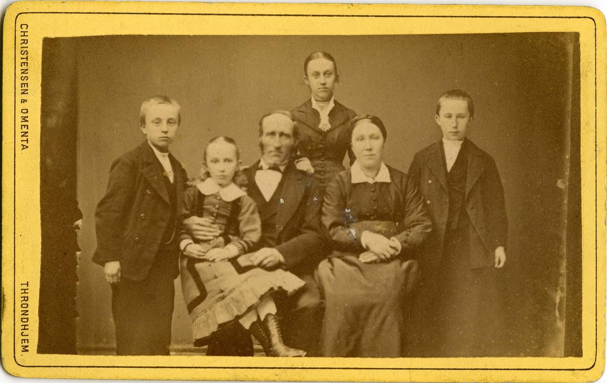 Gruppebilde, muligens familieportrett. Bildet tatt på fotoatelieret Christensen og Omenta.