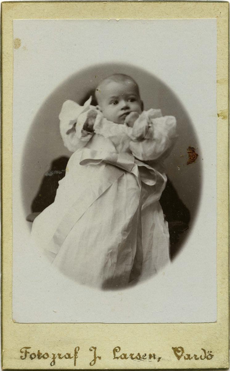 """Et lite barn blir holdt foran kamera av foreldre. Påskrift bak bilde: """"Ingulf""""."""