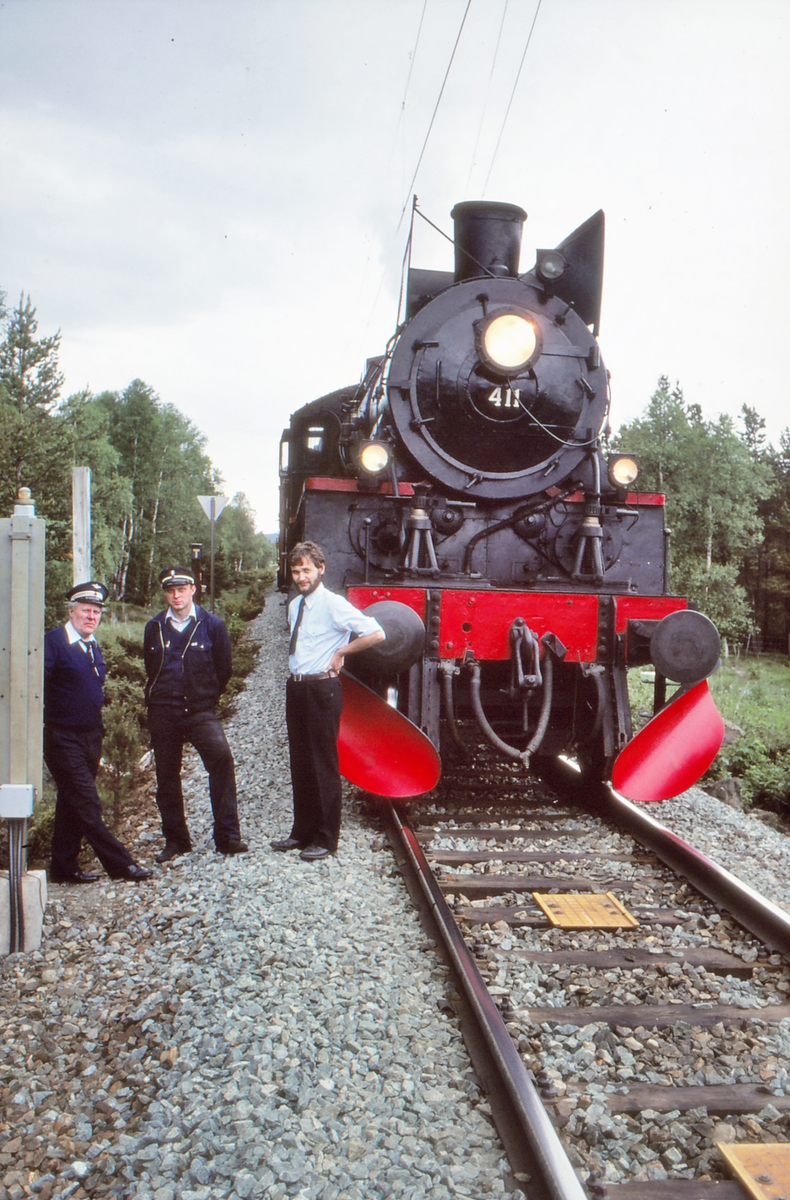 Ekstratog med damplokomotiv 26c 411 ved innkjørhovedsignal B, Oppdal stasjon. Fra venstre: Lokomotivkontrollør Bjørn Havdal, NSB, Petter Nyborg og Morten Tranøy, Norsk Jernbaneklubb.