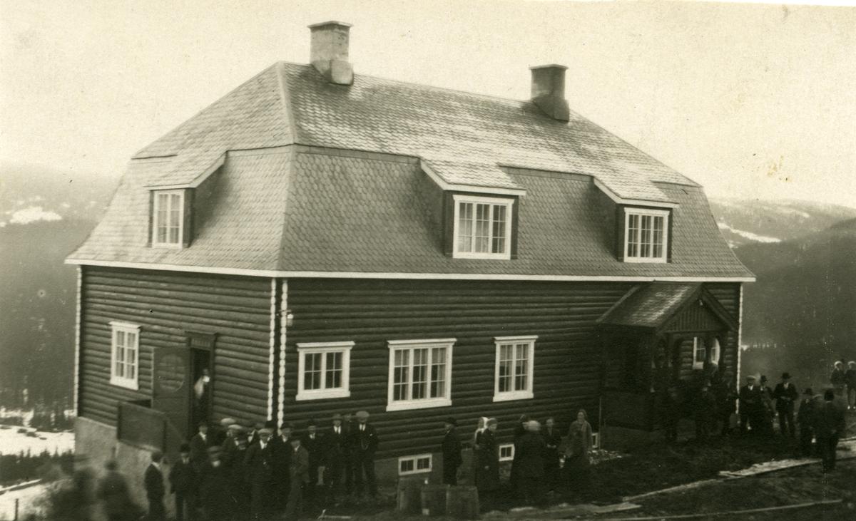 Dale skole i Øystre Slidre kommune i Valdres. Rundt skolen står en ansamling mennesker.