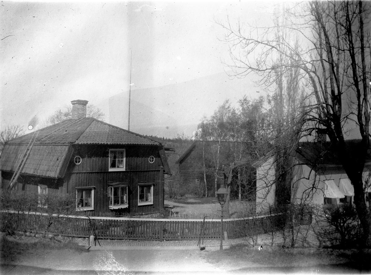 Gamla komministergården.  Fotograf: C Billberg eller Axel Gustafsson (repr av Ellert Johan Viktor Sörman).  Fotokopia finns.