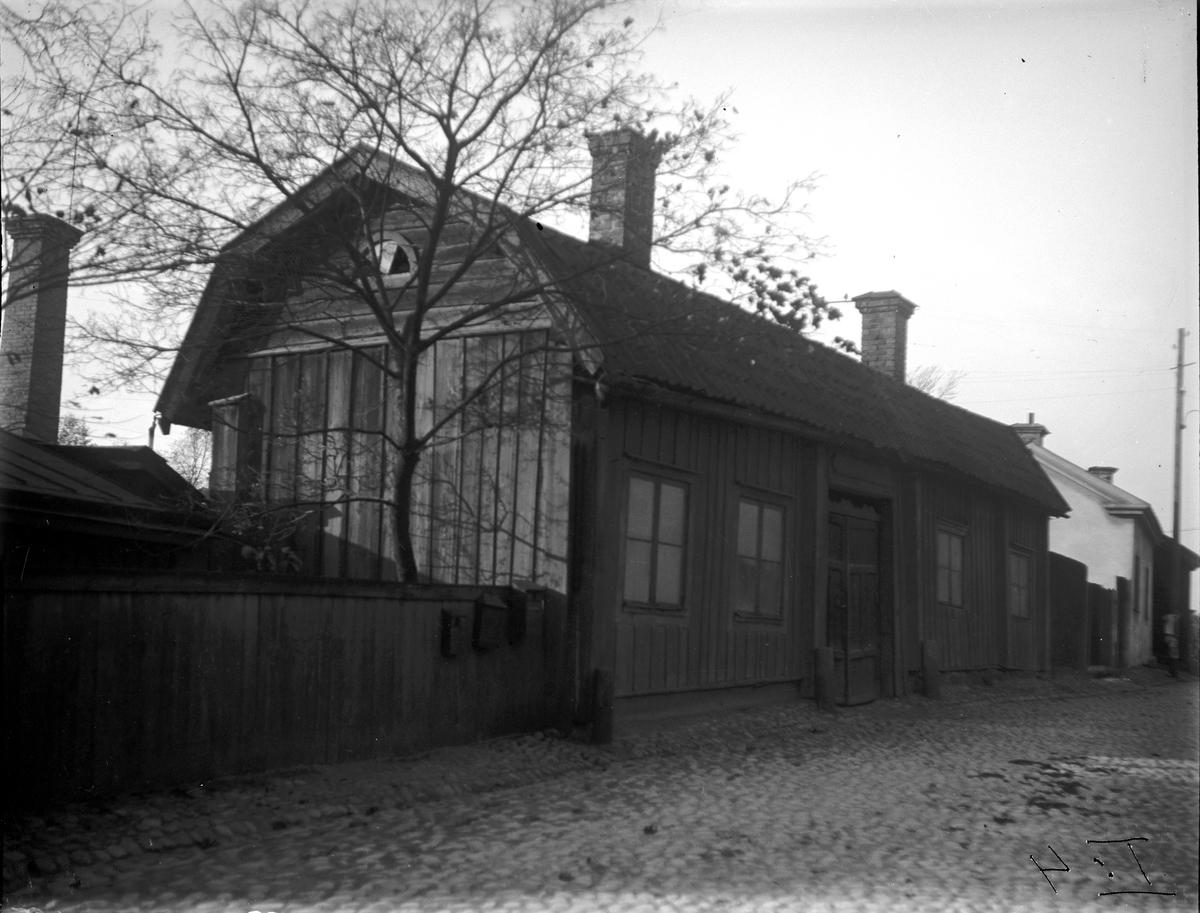 """Skeppare Barkströms, Höns-Lasse"""", gård på Östra Långgatan 1933. Fotograf: E. Sörman Fotokopia finns."""
