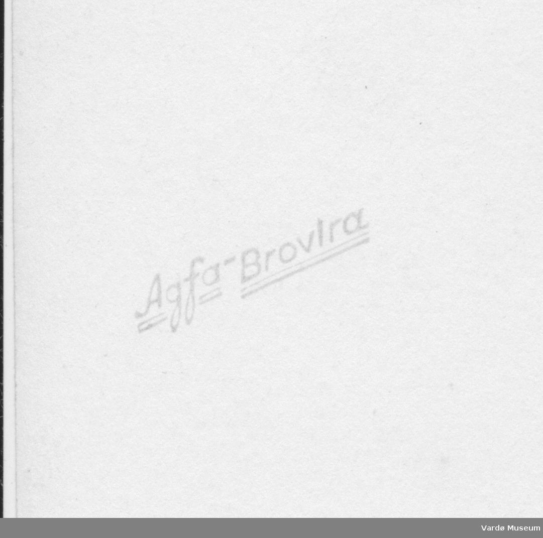 Bakside på papirkopier fra serie fra VH.F 001911 til 001937.  Papiret er av merket Agfa-Brovira. Designet på baksiden tyder på at papiret er produsert under 2ndre verdenskrig.