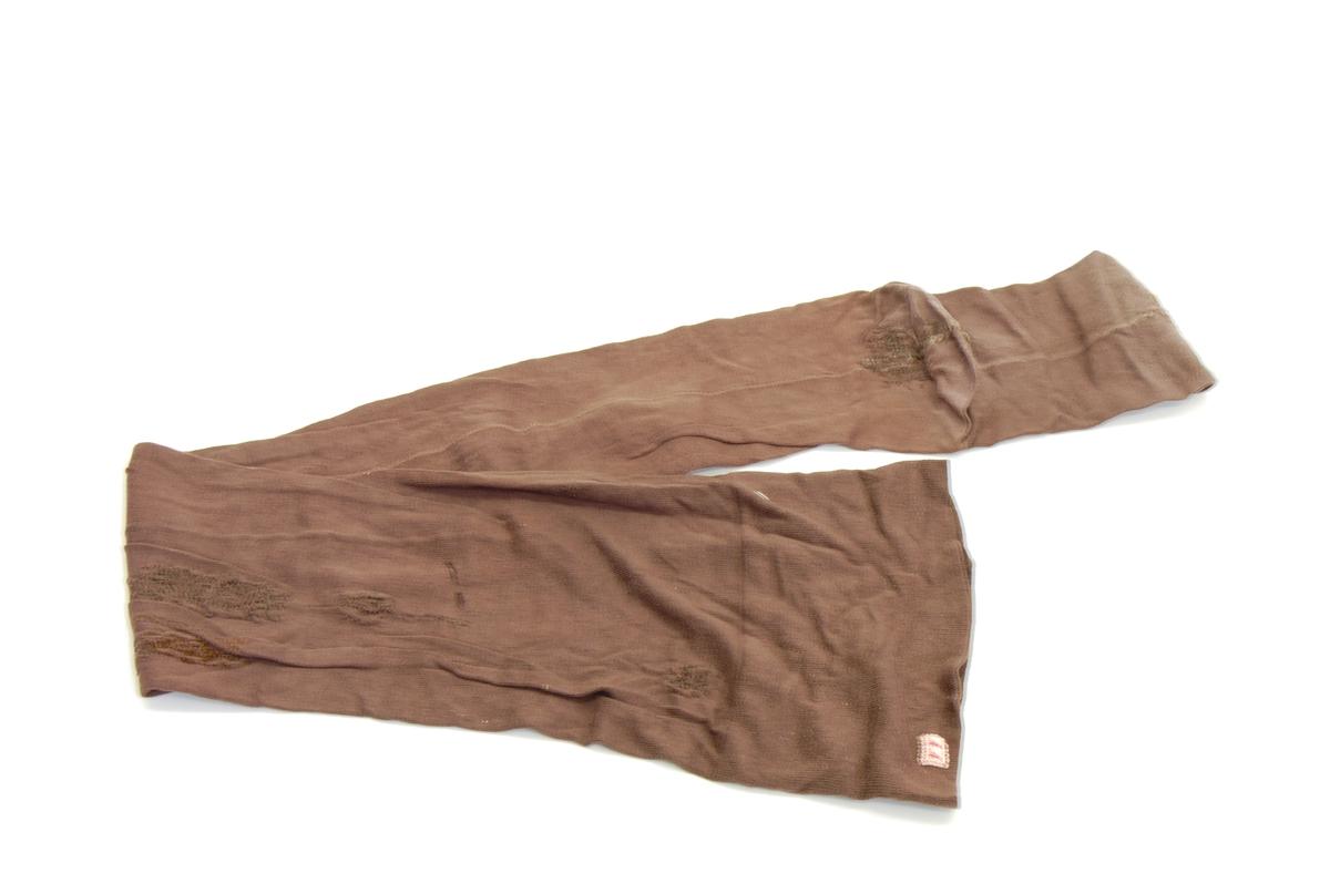 Form: lengde til over knærne, med søm bak