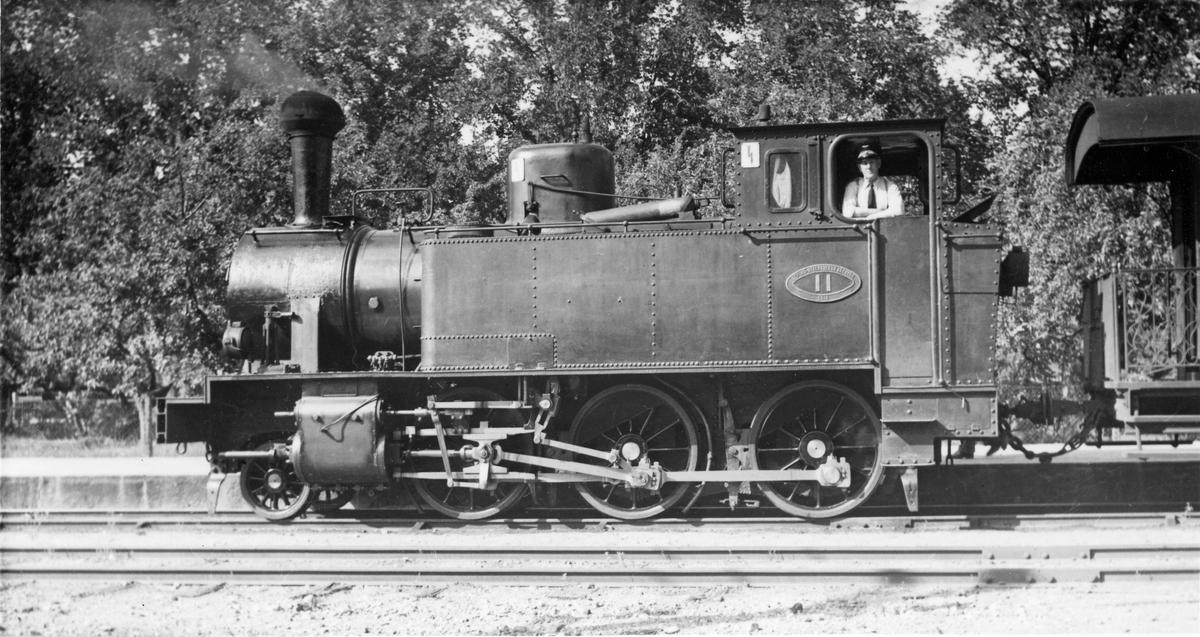 Bild av Lok nr 11 i Köping 1950. 24 fotografier sv/v tidigare ägare Axel Henriksson.