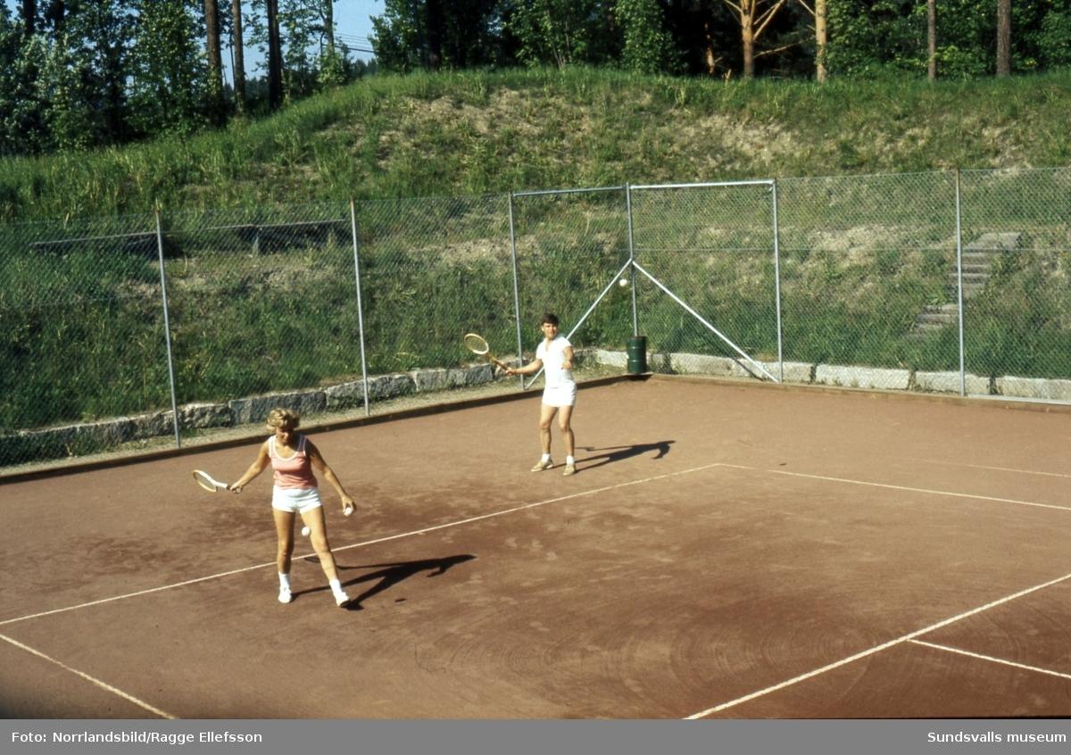 Tennisspelande familj vid Thulevallen i Matfors.