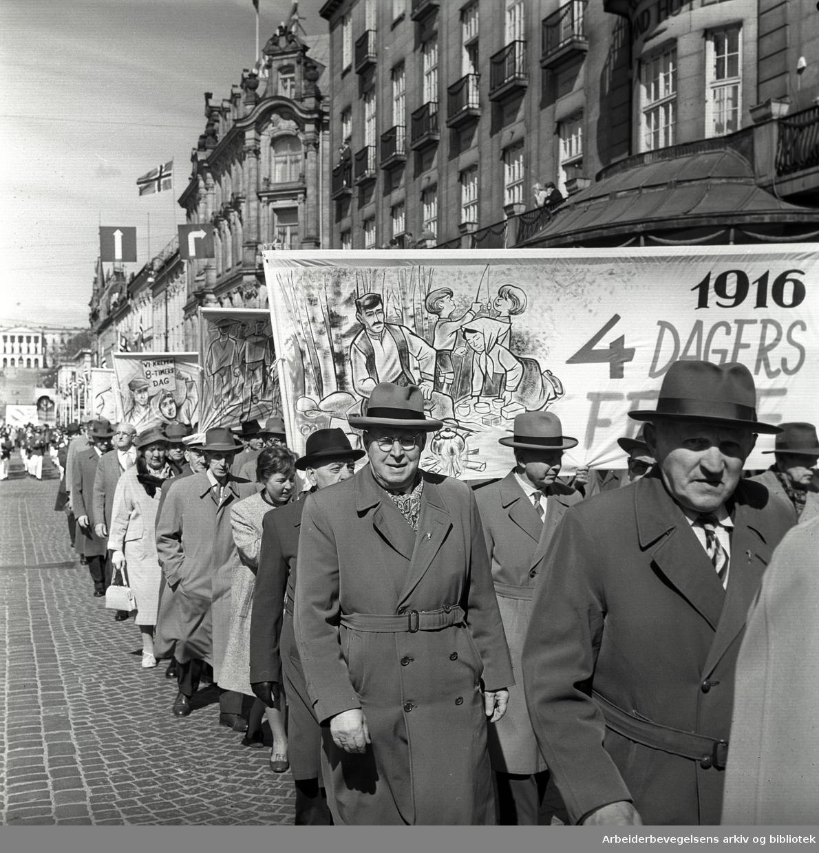 1. mai 1962 i Oslo.Demonstrasjonstoget i Karl Johans gate.Parole: 1916 - 4 dagers ferie.