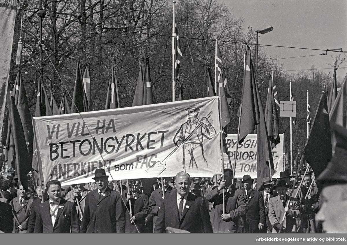1. mai 1965 i Oslo.Demonstrasjonstoget i Karl Johans gate.Parole: Vi vil ha betongyrket anerkjent som fag.