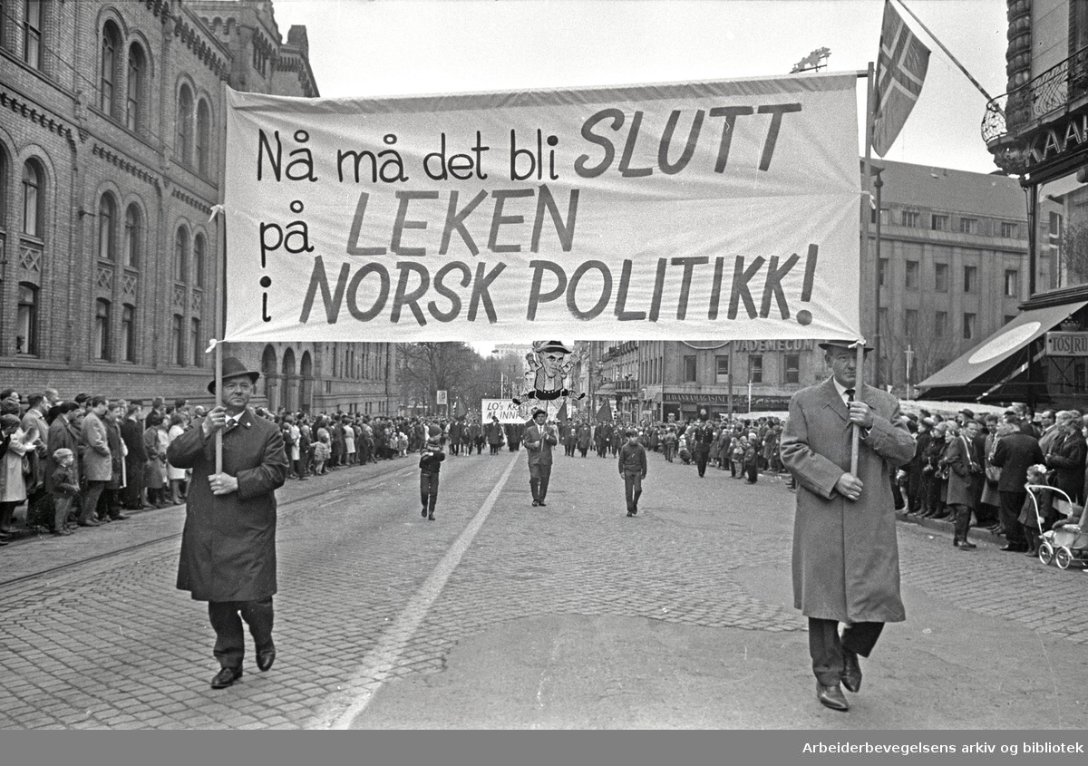 1. mai 1966 i Oslo.Demonstrasjonstoget i Karl Johans gate.Parole: Nå må det bli slutt på leken i norsk politikk!