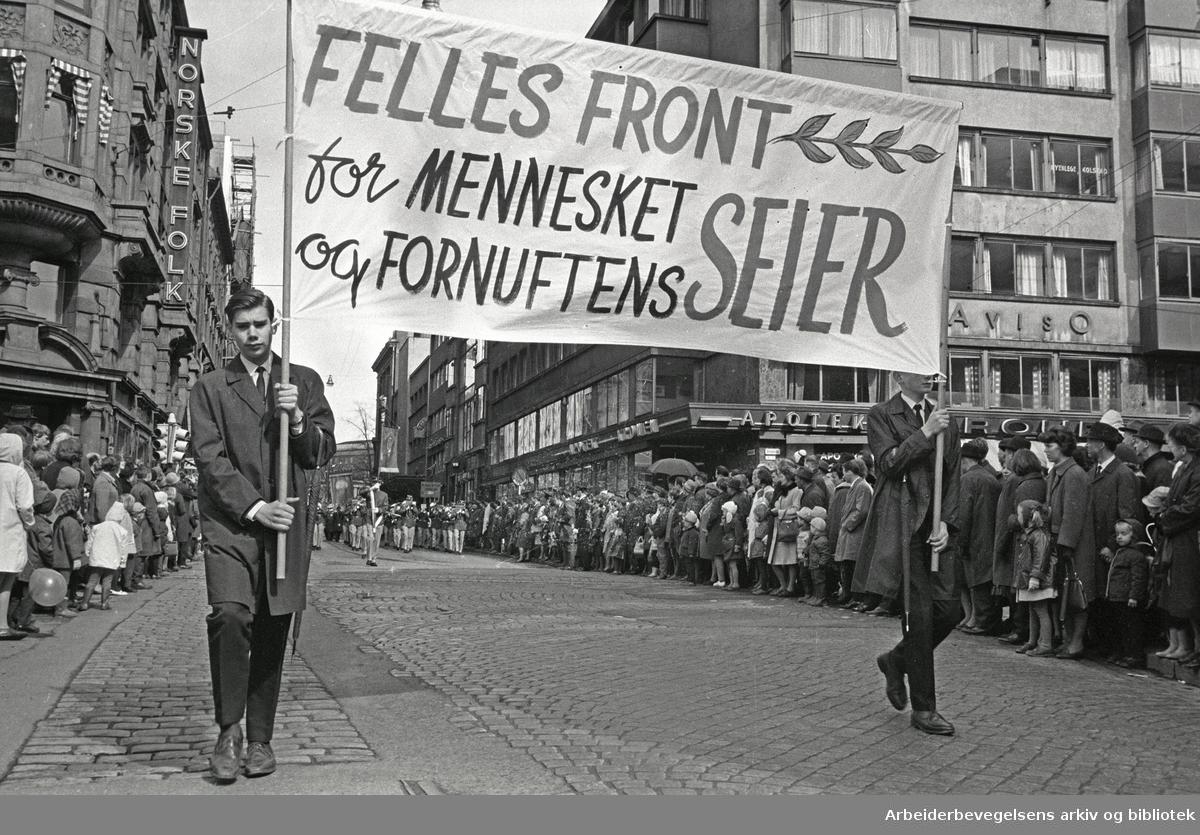 1. mai 1967 i Oslo.Demonstrasjonstoget i Karl Johans gate.Parole: Felles front for mennesket og fornuftens seier