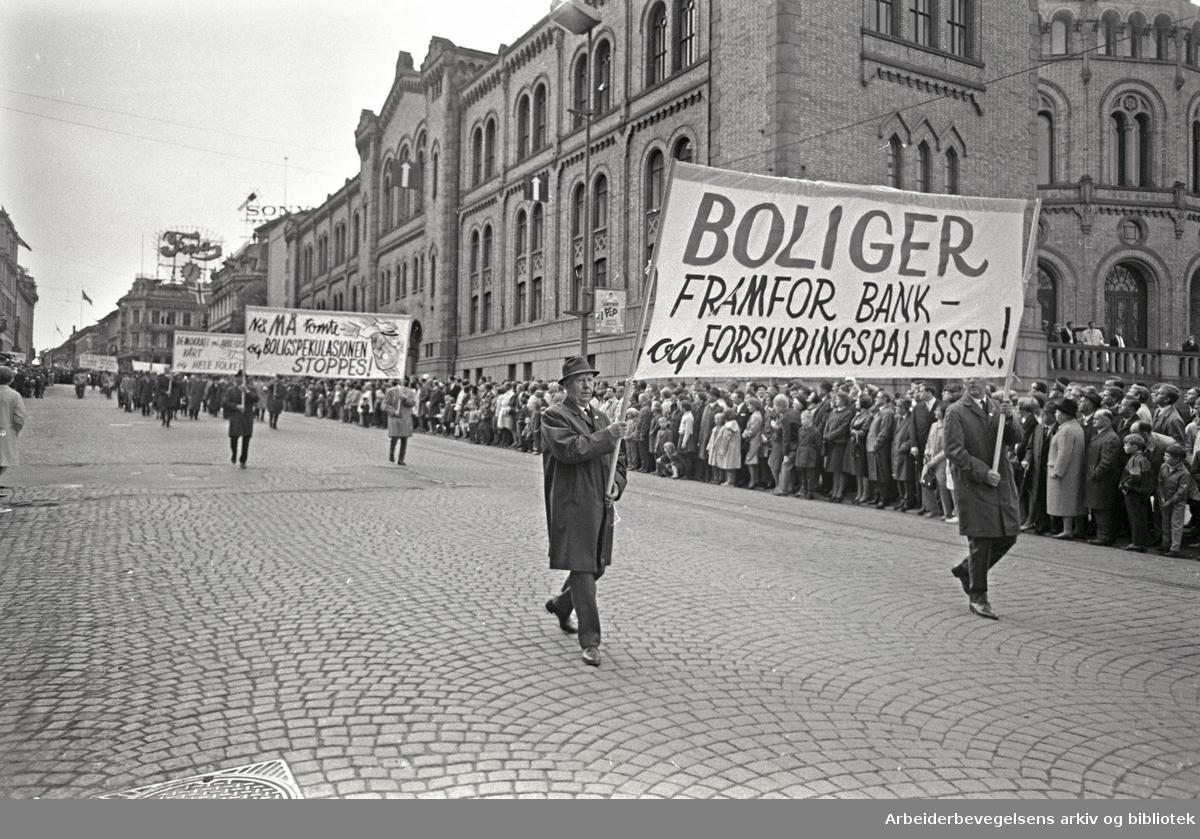 1. mai 1968 i Oslo.Demonstrasjonstoget i Karl Johans gate.Parole: Boliger framfor bank- og forsikringspalasser!.