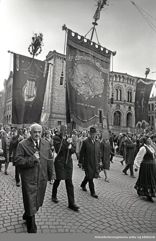 1. mai 1968 i Oslo.Demonstrasjonstoget i Karl Johans gate.Fane: Skreddersvennenes Fagforening.Fane: Oslo Tekstilarbeider Forening.Fane: Skotøyarbeidernes Forening.