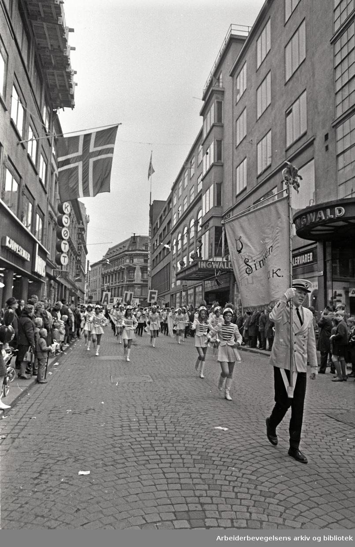 1. mai 1968 i Oslo.Demonstrasjonstoget i Karl Johans gate.Drillpiker i Sinsen Ungdomskorps.