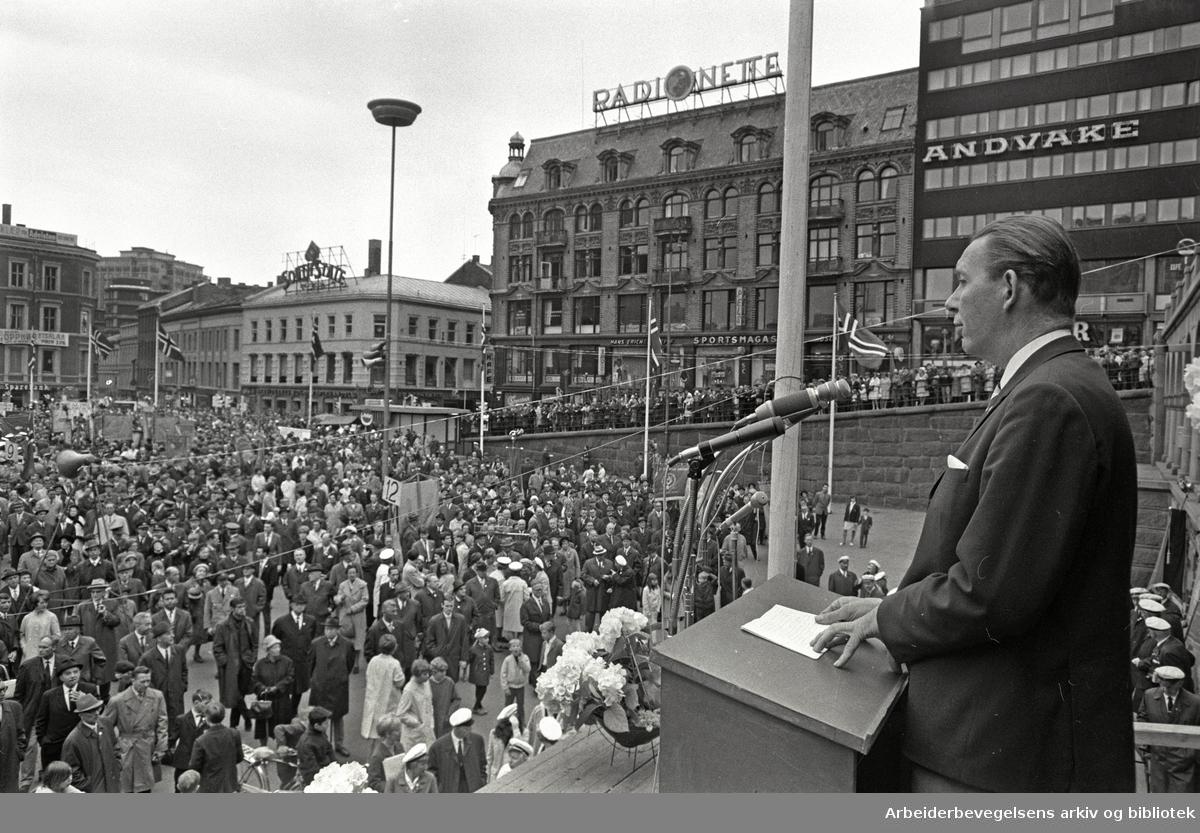 1. mai 1968, formann i Statstjenestemannskartellet Odd Højdahl taler på Youngstorget.