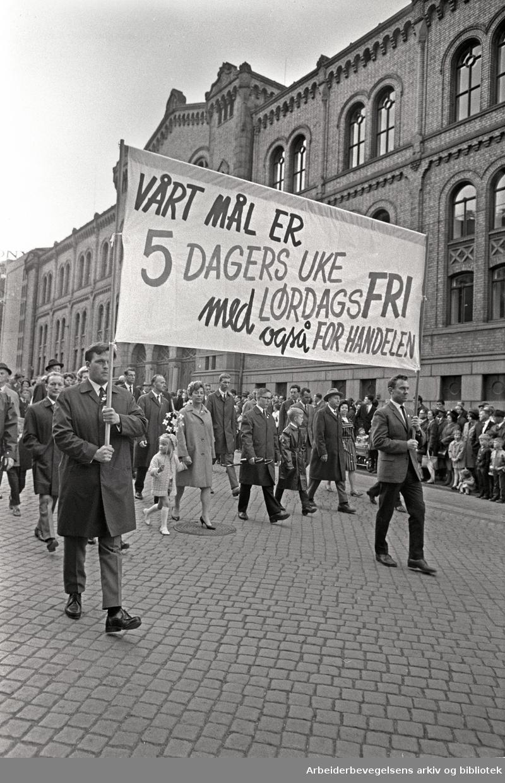 1. mai 1968 i Oslo.Demonstrasjonstoget i Karl Johans gate.Parole: Vårt mål er 5 dagers uke med lørdagsfri også for handelen
