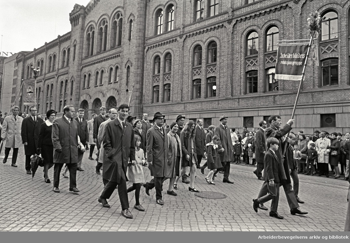 1. mai 1968 i Oslo.Demonstrasjonstoget i Karl Johans gate.Fane: Arbeiderbldets redaksjonsgruppe