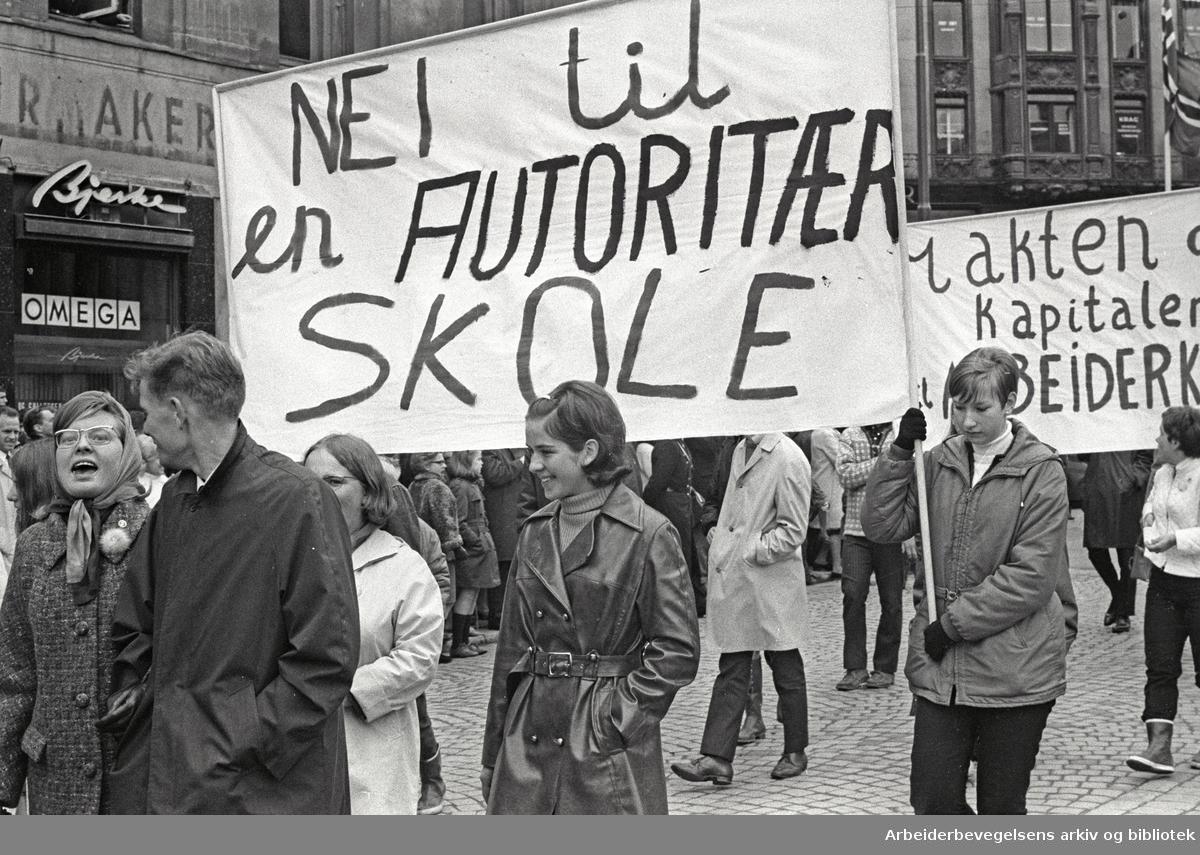 1. mai 1969 i Oslo.Demonstrasjonstoget i Karl Johans gate.AUF.Parole: Nei til en autoritær skole.