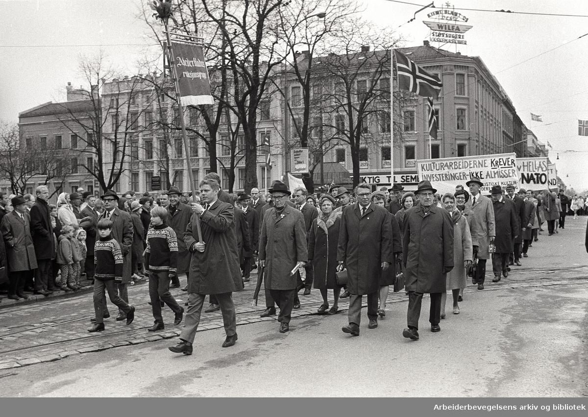 1. mai 1969 i Oslo.Demonstrasjonstoget.Fane: Arbeiderbladets redaksjonsgruppe.