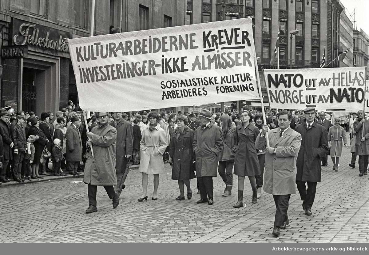 1. mai 1969 i Oslo.Demonstrasjonstoget i Karl Johans gate.Parole: Kulturarbeiderne krever investeringer ikke almisser.Sosialistiske kulturarbeiders forening.