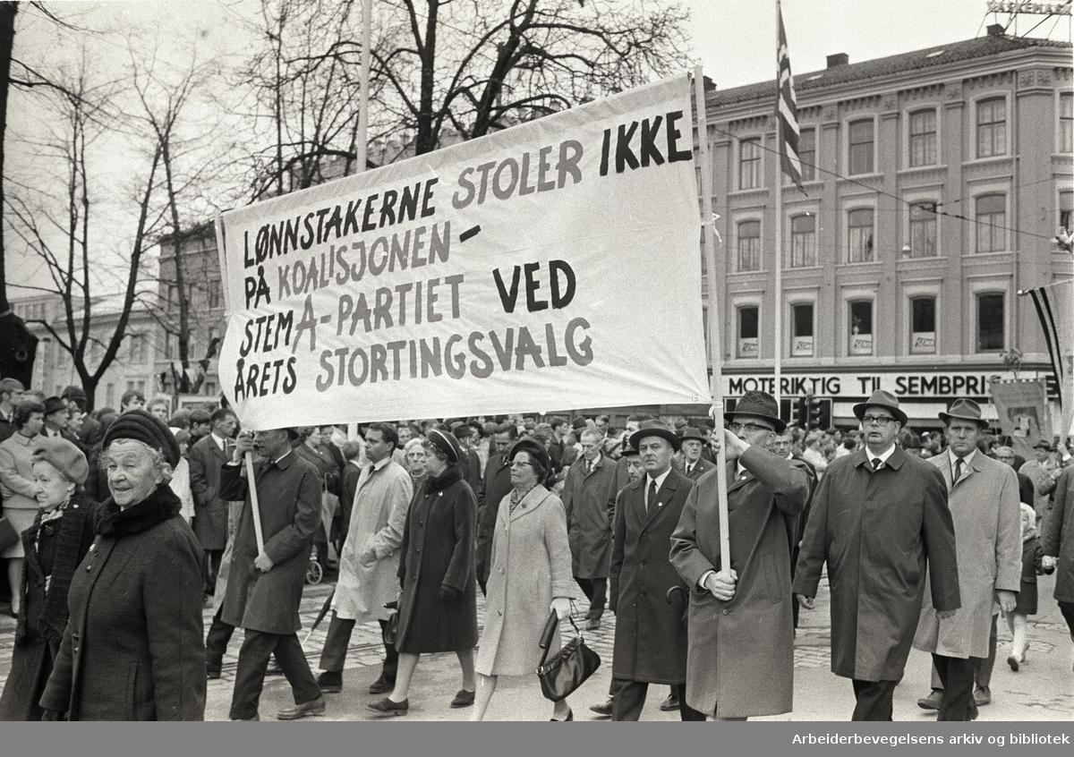 1. mai 1969 i Oslo.Demonstrasjonstoget i Torggata.Parole: Lønnstakerne stoler ikke på koalisjonen-.Stem A-partiet ved årets stortingsvalg.