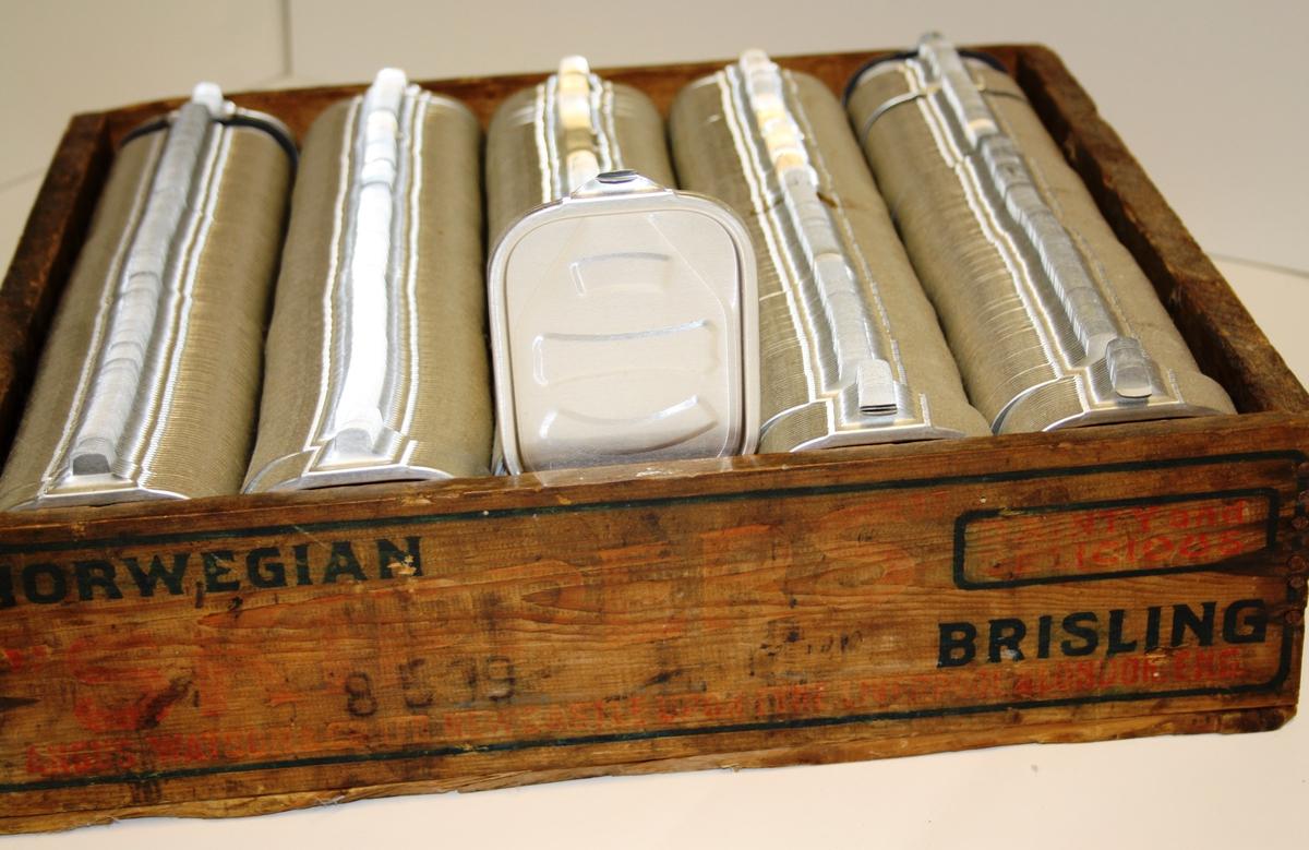 Trekasse med aluminiumslok til sardinbokser ca 600-700 lok i ein full kasse
